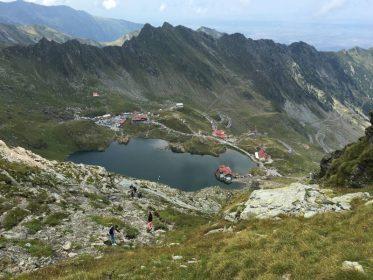 אגם בלה מראש הרכס באמצע טרק ברומניה